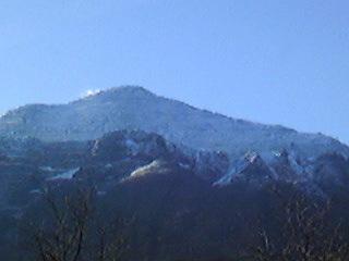 雪が積もる山