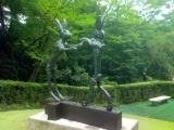 ボクシングをするうさぎの彫刻